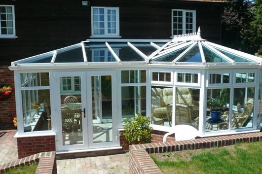 铺地砖,在阳光房里做花园,地砖一定不能铺得太平整,地漏所在的角落地势适当低一些,以便泥土中析出的水分从地漏流下去。再做设计,一定要告诉设计师,阳光房里除了布置景观外,有没有其他设计。如果阳台上搭玻璃棚,那么栽种的植物要喜湿喜热。如果有一角要做储藏室,那么那块角落附近一定不能种太多植物,否则储藏室有潮气。